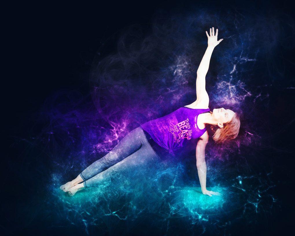 Femme faisant l'exercice de la planche latérale